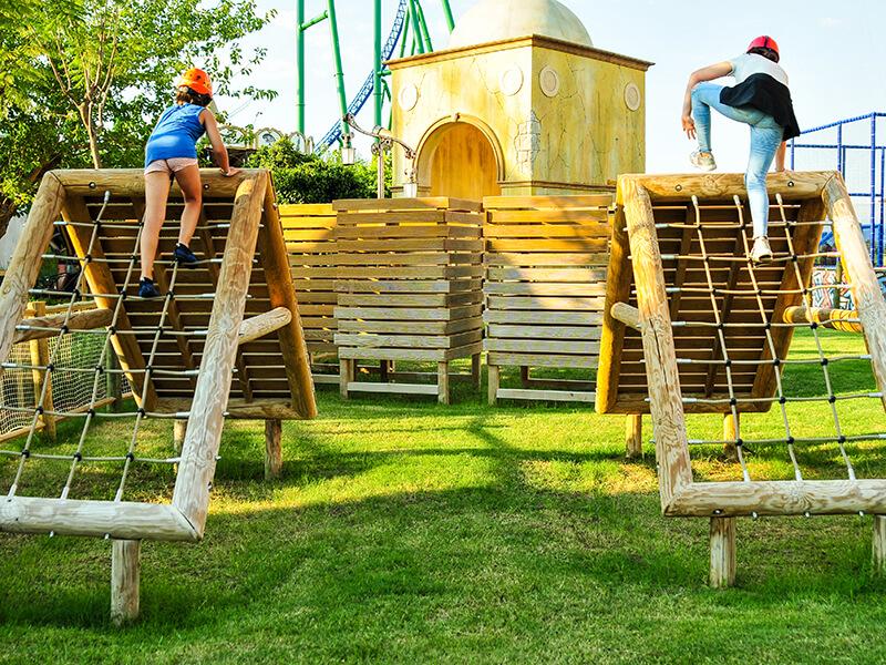 Survivor parkında yarışan çocuklar