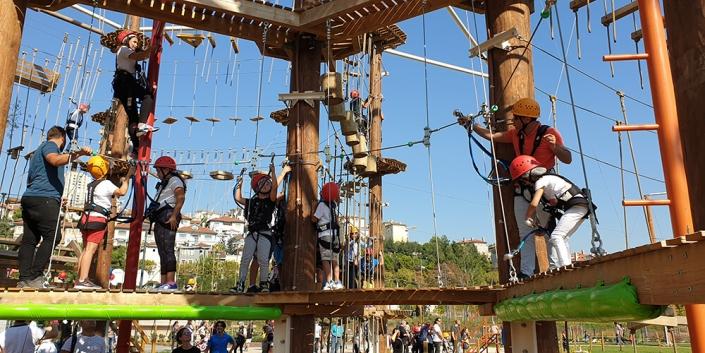 Macera Parkının aktivitelerini kullanan heyecanlı çocuklar